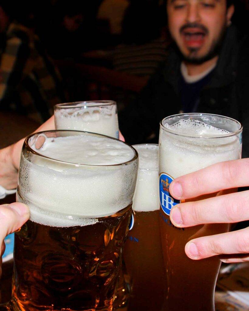 Οι 4 μπυραρίες στο Μόναχο πρέπει να επισκεφτείς travelshare.gr hofbrauhaus cheers